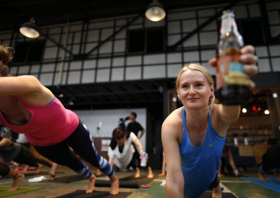 El 'Yoga Beer' o Yoga de la cerveza se origina en Berlín, Alemania, e intenta combinar la alegría de beber cerveza durante algunas poses de yoga tradicionales mediante el equilibrio de la botella de cerveza en los cuerpos de los yoguis.