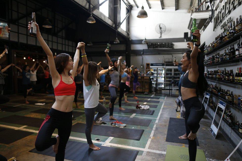 El Yoga y la cerveza están de moda: por una parte la práctica de deportes como el yoga cada vez es más habitual. Por el otro, la cerveza está adquiriendo de forma creciente un status parecido al que durante tantos años ha sido exclusivo del vino.