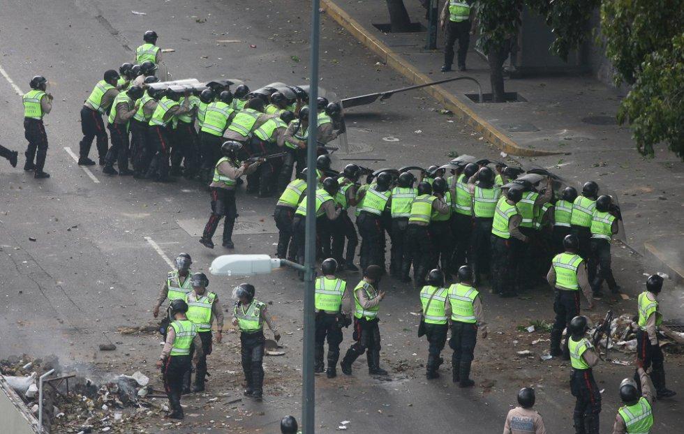 Los policías se enfrentan con bombas lacrimógenas a los opositores que desde los edificios cercanos lanzan piedras y otros objetos. Esta nueva ola de protestas se desencadenó a finales de marzo por las sentencias del Tribunal Supremo de Justicia que suspendió las competencias del Parlamento.