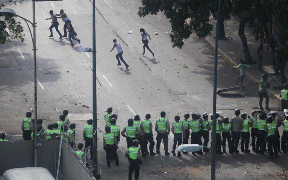 Los manifestantes huyen ante la arremetida de los agentes. En Caracas, una ciudad azotada por la inseguridad, suele haber poca presencia policial en las calles excepto en las movilizaciones contra el Gobierno.