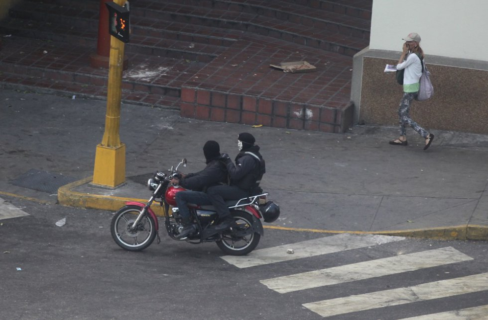 Un grupo de motociclistas armados y, en su mayoría, con los rostros ocultos comienzan a intervenir en la protesta opositora.