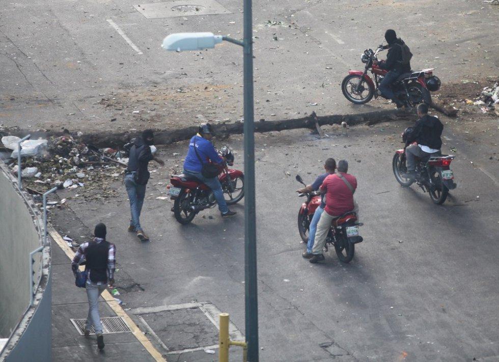 Un segundo grupo de civiles armados incursiona en la avenida Francisco de Solano para intimidar a las personas que protestan. Muchos de estos hombres tienen chalecos antibalas y exhiben sus armas de fuego.