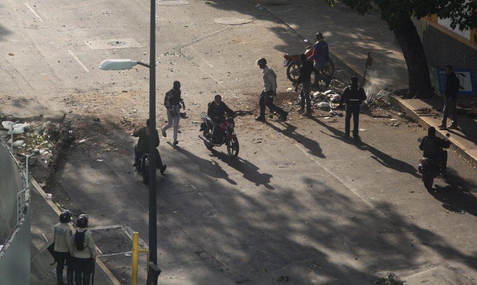 Más policías y militantes de los colectivos chavistas se agrupan en la urbanización caraqueña.