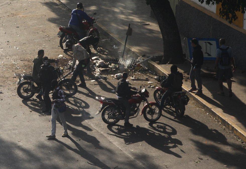 Los miembros de los colectivos comienzan a dirigirse hacia la avenida Libertador de Caracas, en motocicletas -muchas de ellas sin placa- y pistolas en mano.