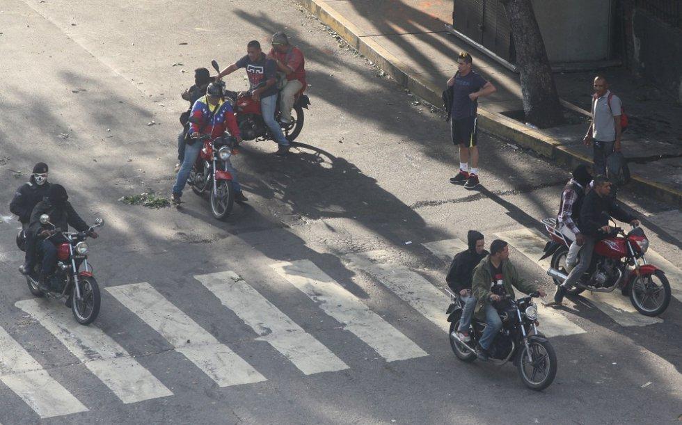 El grupo de choque armado abandona el lugar de la protesta.