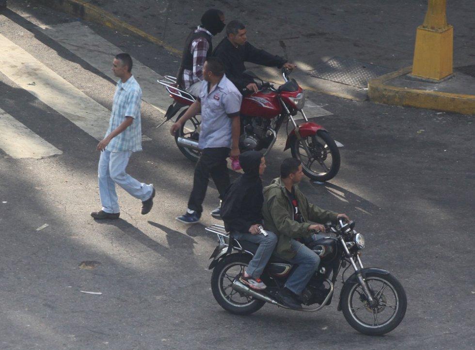 Miembros de los colectivos motorizados exhiben sus armas incluso sin ocultar su rostro.