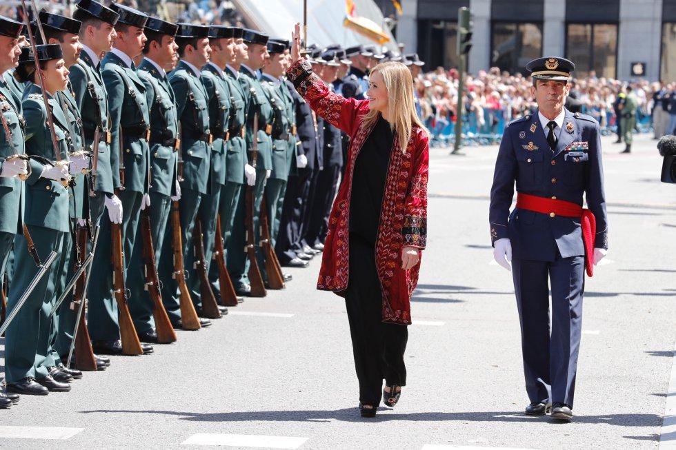 La presidenta de la Comunidad de Madrid, Cristina Cifuentes, saluda al público congregado en la Puerta del Sol.