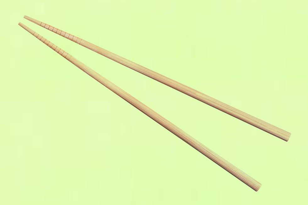 Hay quien nunca está del todo seguro de si los palillos que le ofrecen (si no son de los precintados) están suficientemente limpios. Y se ponen a repasarlos. Para Hiroshi Kobayashi, del restaurante Tori-key , es una falta de educación porque en Japón se entendería como una forma de cuestionar la higiene del local. Si es muy maniático, córtese un poco… Y hágalo debajo de la mesa.