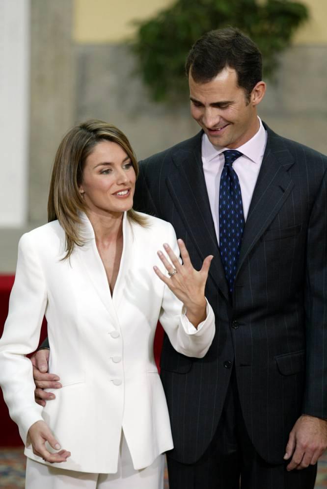 El entonces príncipe de Asturias y su prometida, Letizia Ortiz Rocasolano, durante su comparecencia ante los medios de comunicación en el Palacio de El Pardo, en el día de su petición de mano, en noviembre de 2003.