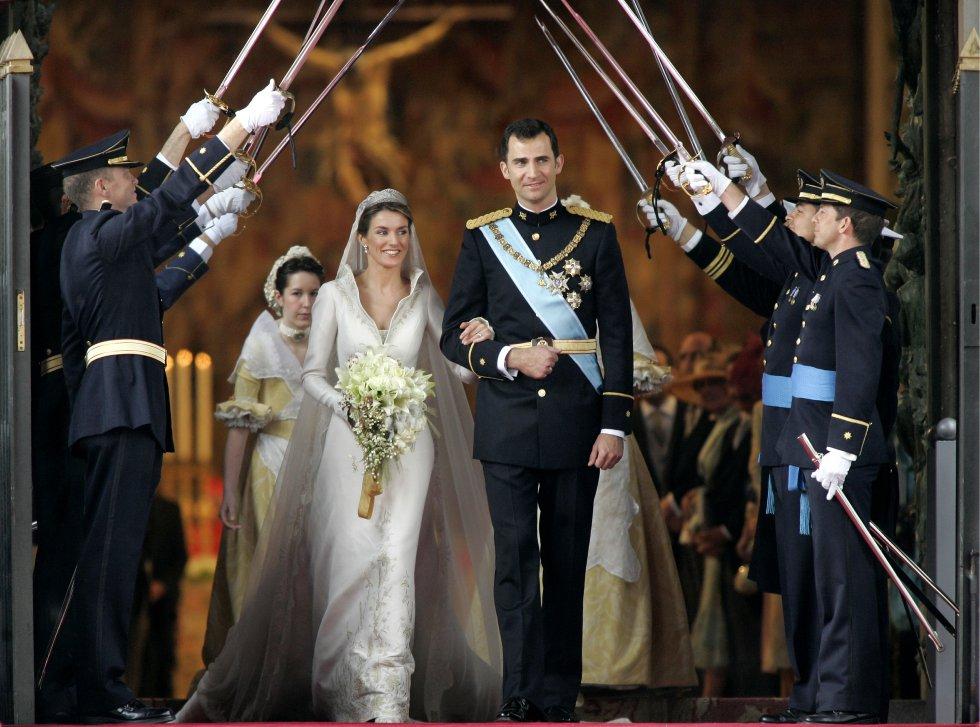 Doña Letizia y el príncipe Felipe, ya como marido y mujer, a su salida de la catedral de Almudena de Madrid el día de su boda, el 22 de mayo de 2004.