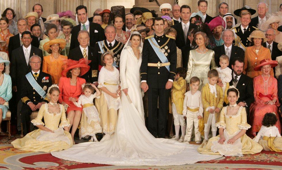 Foto de familia en la boda real. Don Felipe y doña Letizia, posan con sus familias y con representantes de las familias reales europeas el día de su boda.