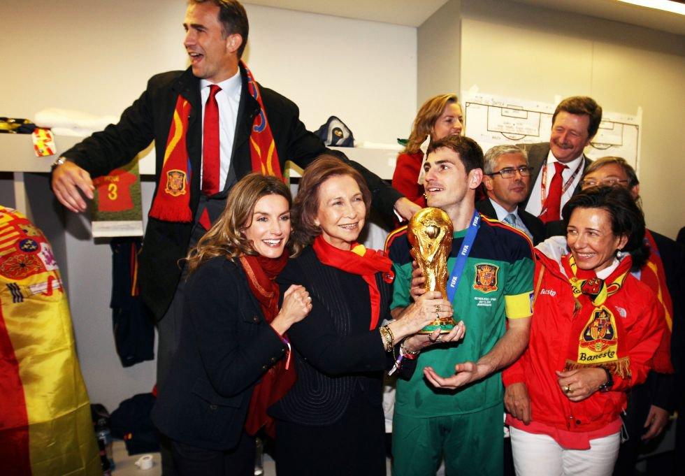 11 de julio de 2010. El capitán de la selección española de fútbol, Iker Casillas, junto a doña Sofía (sujetando la copa), los entonces príncipes de Asturias, Felipe de Borbón, y Letizia Ortiz y Ana Patricia Botín, en el vestuario tras el partido de la final de la Copa del Mundo de Fútbol de Sudáfrica 2010, donde España ganó a Holanda por 1- 0, en el estadio Soccer City, en Johanesburgo.
