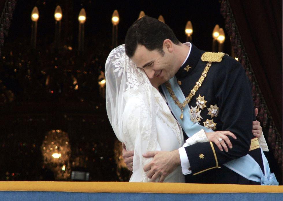 El 22 de mayo de 2004, don Felipe de Borbón se casó con doña Letizia Ortiz Rocasolano. En la imagen, los recién casados se abrazan en el balcón principal del Palacio Real de Madrid, desde donde saludaron al final de su paseo por la ciudad.