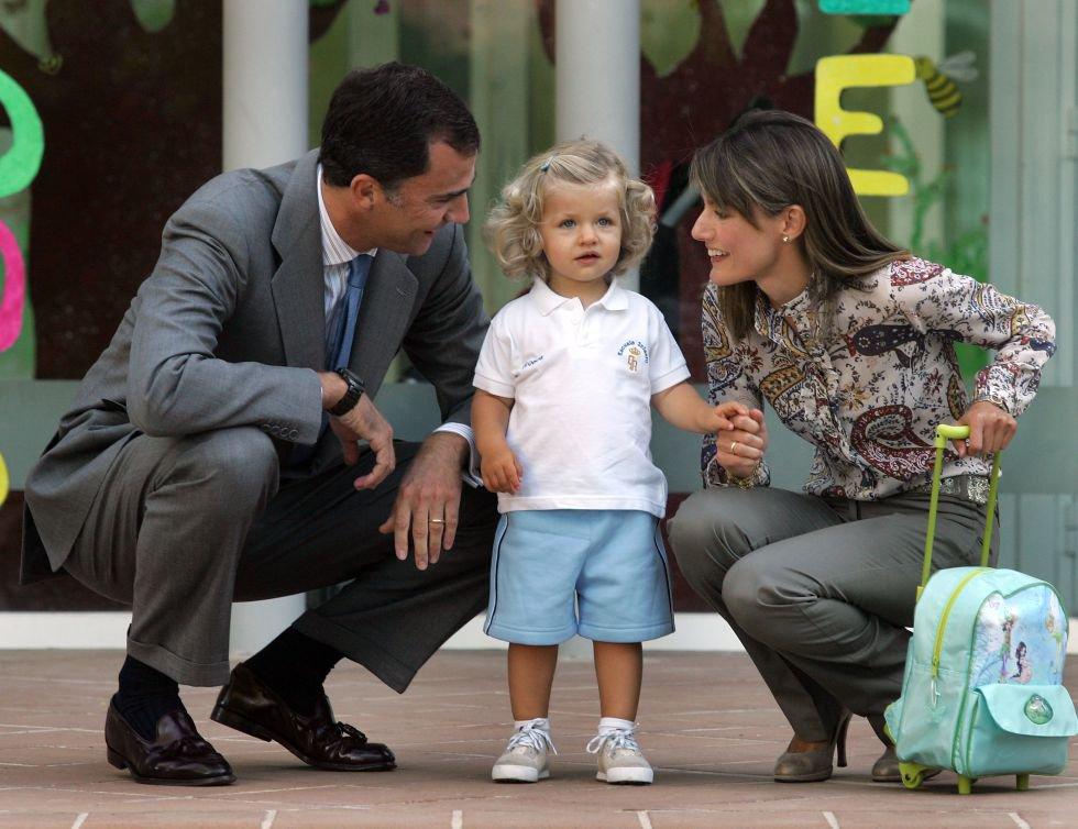 En 2009, Leonor comenzó a estudiar en el colegio Santa María de los Rosales, un centro laico y privado, el mismo en el que se formó su padre. La hoy heredera al trono asistió antes a la guardería de la Guardia Real en el palacio de El Pardo.