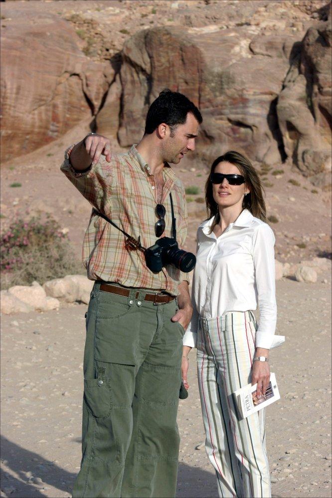 Don Felipe y doña Letizia en Petra, Jordania. En este viaje asistieron por primera vez a su primer acto oficial tras su matrimonio: la boda del heredero jordano, el Príncipe Hamza, celebrada en agosto de 2004.