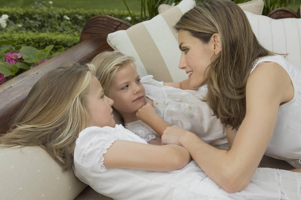 La princesaLeonor y la infanta Sofía, con su madre doña Letizia en un posado oficial difundido en el verano de 2012.