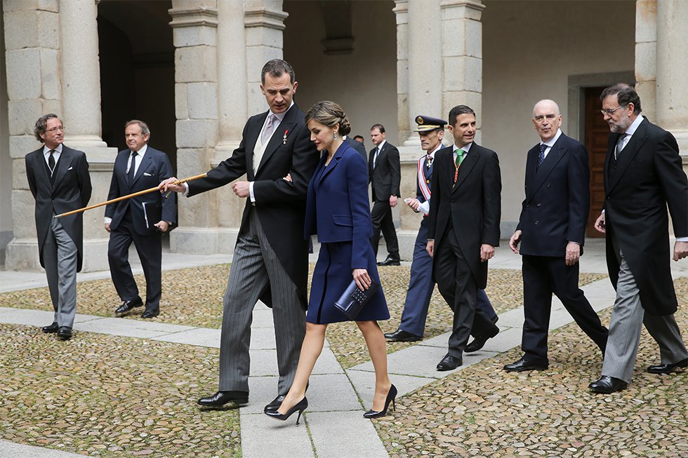 Los reyes Felipe VI y Letizia, de la mano, a su llegada a la entrega del Premio Cervantes al escritor mexicano Fernando del Paso, coincidiendo con el 400º aniversario de la muerte de Miguel de Cervantes, en un acto en el Paraninfo de la Universidad de Alcalá de Henares (Madrid), el 23 de abril de 2016.
