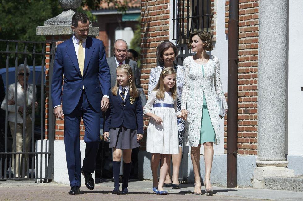 El 20 de mayo de 2015 la princesa Leonor realizó su primera comunión. En la imagen don Felipe, doña Letizia, la infanta Sofía y sus abuelos paternos al llegar a la iglesia. Esta fue la primera vez que don Felipe coincidió con su padre en público tras el relevo en la corona.