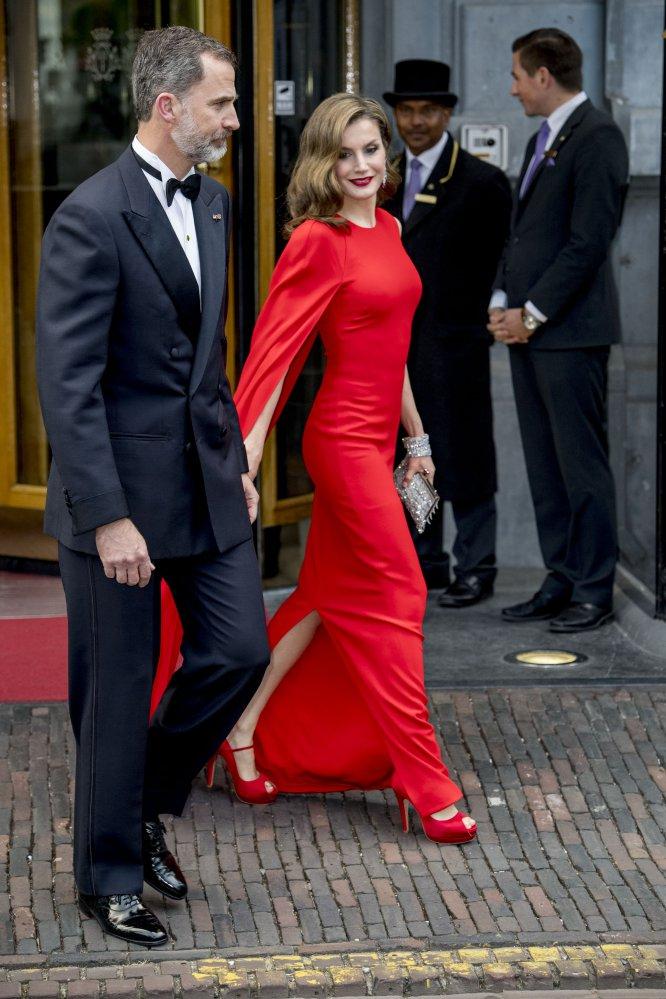 Los Reyes de España asistieron a la celebración de los 50 años del rey Guillermo de Holanda, el pasado 1 de mayo, junto a miembros de otras casas reales. Doña Letizia sorprendió con un vestido rojo de Stella McCartney.