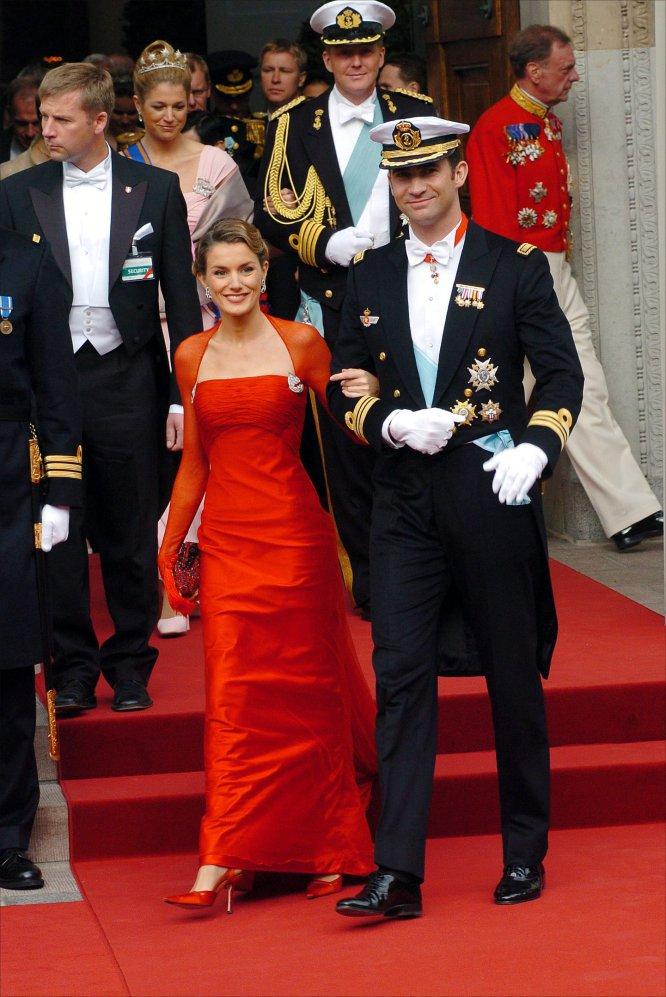 El entonces príncipe Felipe de Borbón y su prometida doña Letizia Ortiz, en su primer acto entre la realeza tras anunciar su compromiso. La pareja cudió a la boda real del príncipe heredero Federico de Dinamarca y la abogada australiana Mary Elizabeth Donaldson, celebrada en la catedral de Copenhague, en mayo de 2004.