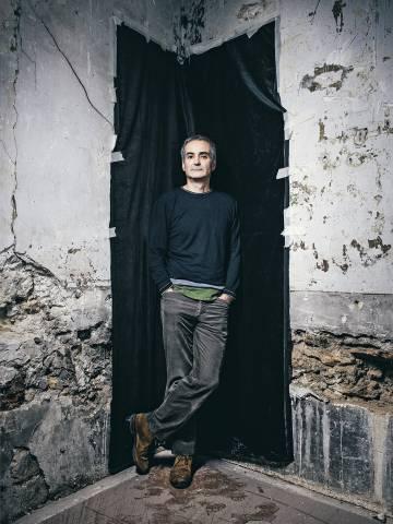 Oliver Assayas convierte el mundo de la moda en una película de terror