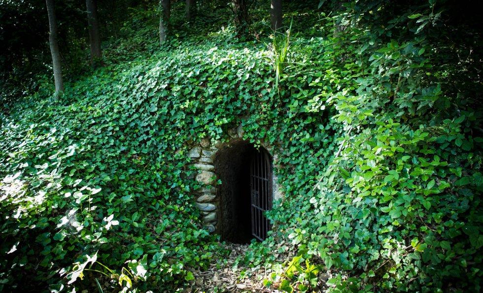 Boca de la cueva que da acceso a las escaleras subterráneas.