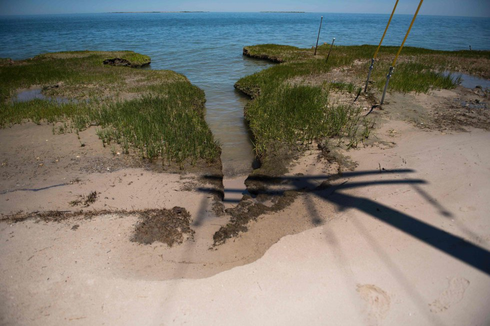 'Esto no tiene que ver con el cambio climático, es erosión a corto plazo que se produce desde hace décadas' señala un habitante. En la imagen, vista de la erosión en la línea de costa de Tangier.