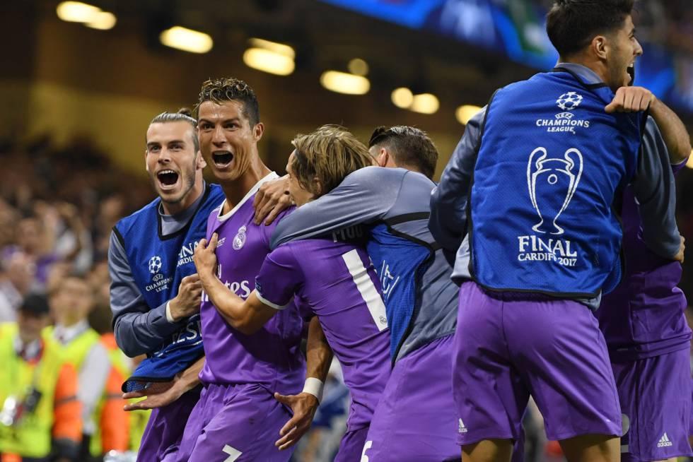 Ronaldo celebra el tercer gol del Real Madrid junto a sus compañeros.