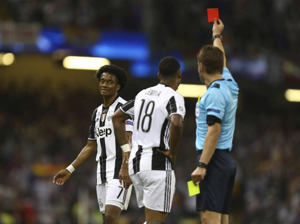 El jugador de la Juventus Juan Cuadrado recibe la tarjeta roja a falta de siete minutos para el final del partido.
