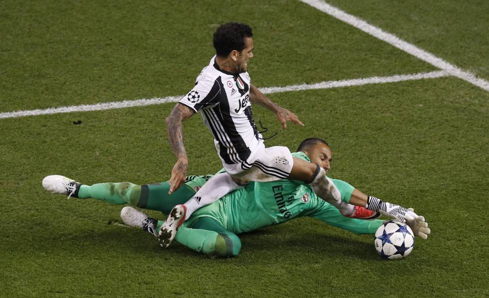 Navas para el balón lanzado por Alves.