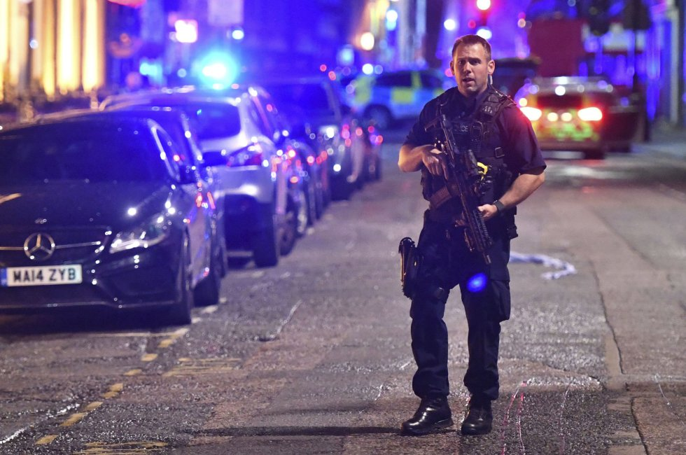 Un agente de policía armado en Borough High Street tras el incidente en el Puente de Londres.