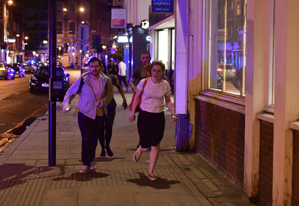 La gente corre por Borough High Street mientras la policía esta investigando cerca del London Bridge.