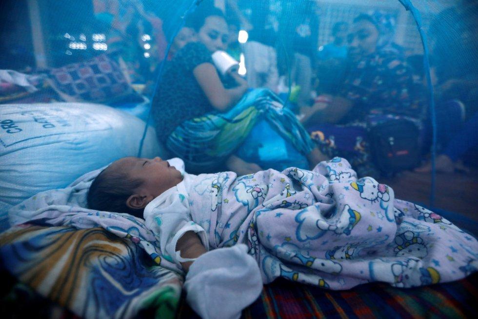 Un bebé duerme dentro de una mosquitera en un centro de evacuación a las afueras de Marawi (Filipinas) mientras las fuerzas gubernamentales continúan su ataque contra los insurgentes.