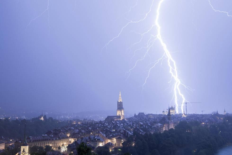 Un rayo cae durante una tormenta eléctrica en la ciudad de Berna (Suiza).