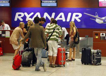 Ryanair solo permitirá llevar en cabina la maleta a los clientes que paguen un extra