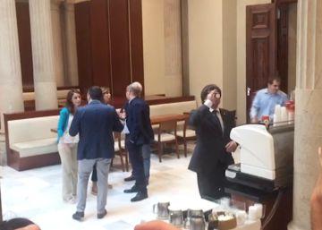 'Café para todos' en el Parlament durante la tensión del Pleno
