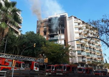 Un muerto y un herido grave en un incendio en un edificio en Barcelona