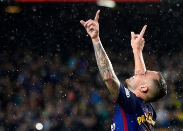 Alcácer hace de Messi y Suárez