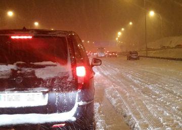 El Ejército actúa para liberar miles de coches atrapados toda la noche por la nieve en la AP6