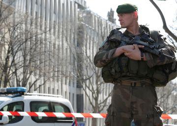 Un coche se lanza contra un grupo de militares franceses en el sur del país