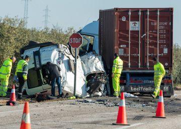 Los cinco ocupantes de una furgoneta mueren en una colisión en Utrera