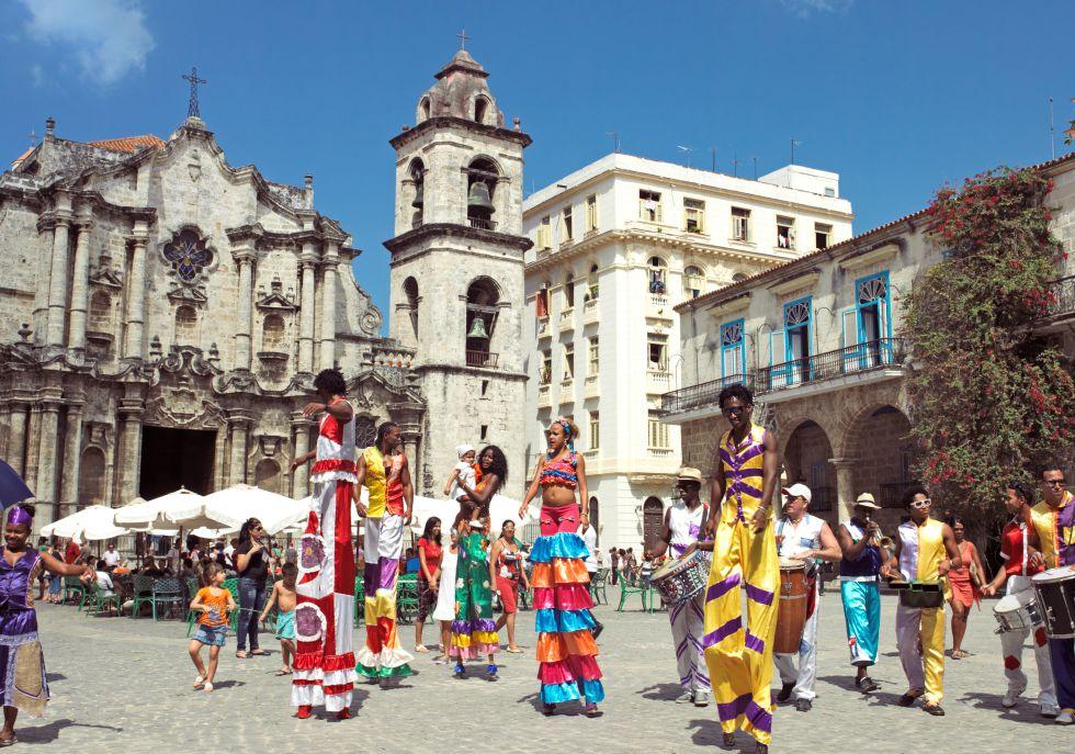 Desfile de zancos frente a la catedral de La Habana.