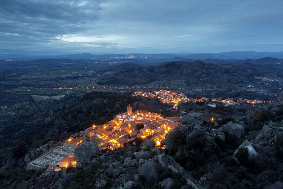 """É um lugar único. Suas casas surgem entre enormes rochas. Tem a duvidosa honra de ter sido designada como """"a aldeia mais portuguesa"""" pelo ditador Salazar, em 1938, mas a cidade chama atenção por suas pedras de granito entre telhados vermelhos, e por seu castelo, que domina toda a região."""