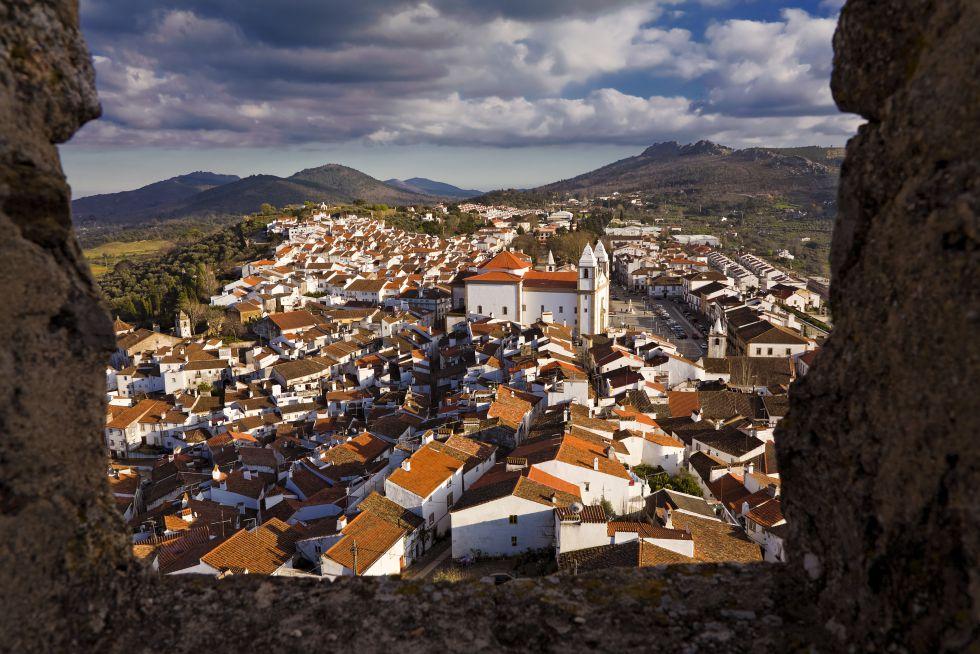 Localizada no Alto Alentejo, essa vila com cerca de 3.800 habitantes se destaca por seus restaurantes, confeitarias com deliciosos pasteis de nata e um bairro judeu, ao qual chegaram, a partir de 1492, em sua diáspora, muitos judeus expulsos da Espanha. O gótico, o manuelino e o barroco se misturam nas ruas.