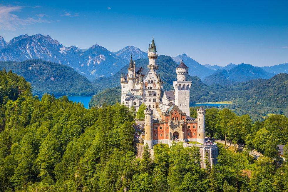 Luis II de Baviera, el Rey Loco, mandó construir el castillo de Neuschwanstein (literalmente La nueva piedra del cisne) en 1866, como refugio en el que alejase del mundo. Siete semanas después de su muerte, en 1886, abrió al público. Esta fantasía romántica situada en los Alpes bávaros, versión idealizada de un castillo medieval alemán, incorpora muchos elementos modernísimos para la época: calefacción central, luz eléctrica, agua corriente caliente y fría y hasta una línea telefónica. Es el edificio más fotografiado de Alemania y recibe 1,4 millones de visitantes al año. Muchos creerán haber entrado en un parque Disney, y hasta puede que esperen toparse con la Bella Durmiente en alguno de sus magníficos salones.rnwww.neuschwanstein.de
