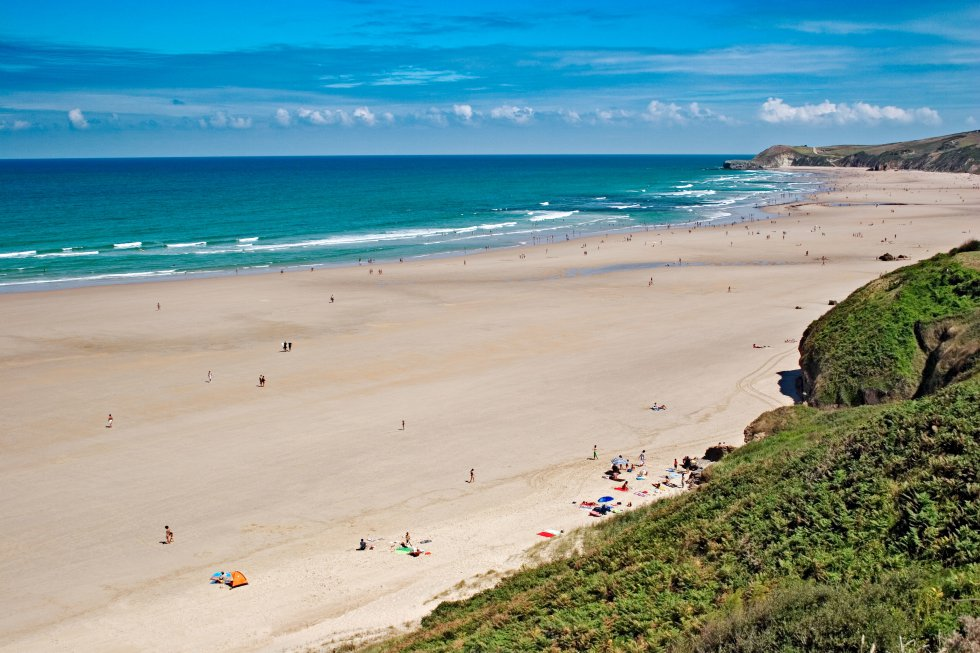 Merón, donde los cursos de surf (www.escueladesurfbuenaonda.com) son moneda corriente, se puede buscar acomodo a lo largo de una sucesión de arenales que se comunican durante la bajamar. A muchos les pasará inadvertida, a unos 50 metros de la orilla, cierta peña con forma de bota llamada popularmente El Zapato. Viene, después la belleza salvaje de la playa de Gerra. En lo alto del cabo de Oyambre nos espera, al final, el hotel Gerra Mayor (www.hgerramayor.com).