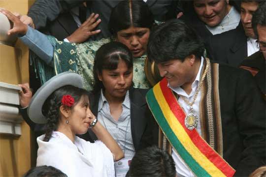 http://www.elpais.com/recorte/20060122elpepuint_2/SCO250/Ies/Evo_Morales_toma_posesion_primer_presidente_indio_Bolivia.jpg