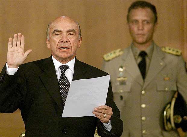 Imagenes que impactaron nuestra historia contemporanea. (Nacional e Internacional) Pedro_Carmona_durante_golpe_Chavez_2002