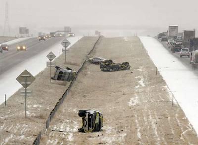Varios veh�culos accidentados junto a una carretera nevada en EE UU