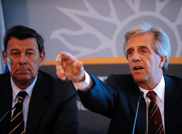 http://www.elpais.com/recorte/20080212elpepuint_1/LCO340/Ies/Tabare_Vazquez_derecha_vicepresidente_Rodolfo_Nin_Novoa_ayer_durante_presentacion_nuevo_Gabinete.jpg